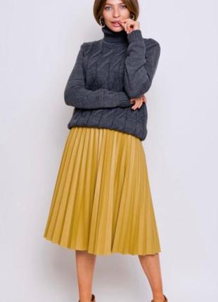 Элегантная кожаная юбка плиссе горчичного цвета