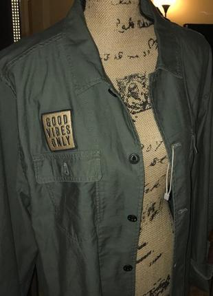 Стильная рубашка /лёгкая куртка хаки с нашивками и логотипом. zara man