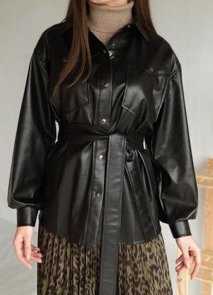 Немного удлинённая,стильная, кожаная рубашка с объемными рукавами