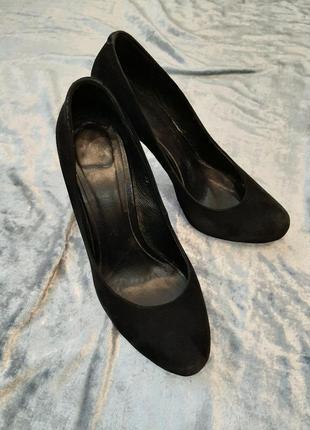Туфлі чорні замшеві на каблуку фірми shagal розмір 39