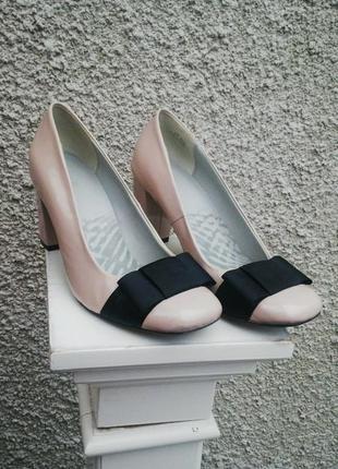 Кожаные(лаковые)туфли clarks