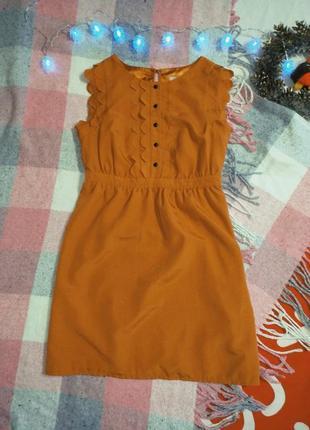 Маленькое вечернее платье с оборками рюшами на пуговицах миди
