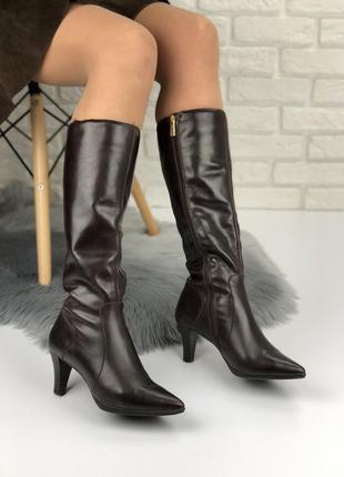 Кожаные натуральные коричневые демисезонные сапоги до колена на каблуке