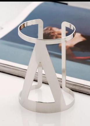 Металлический браслет в минималистичном дизайне