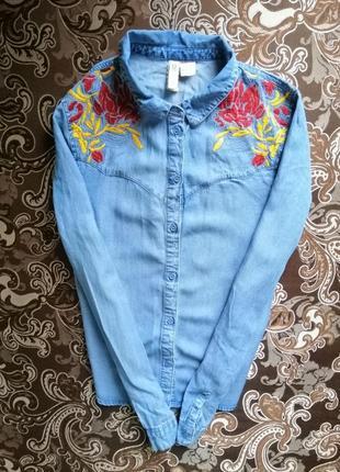 Джинсовая рубашка блуза голубая светлая синяя  с ручной вышивкой размер 36-38