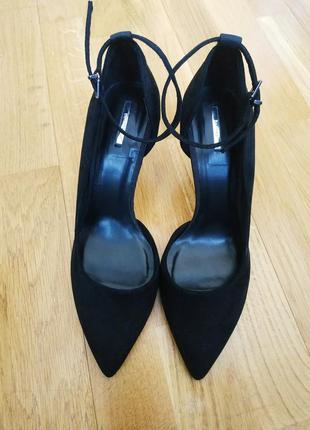 Черные туфли на шпильке.