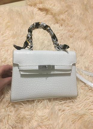 Модная белая сумка через плечо