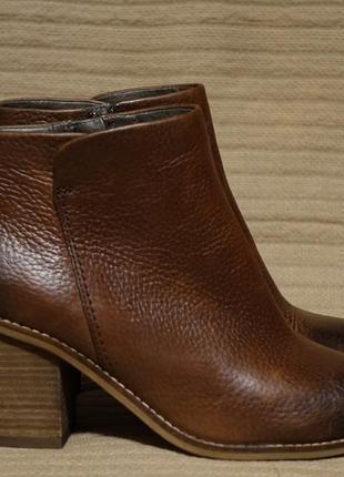 Эффектные темно-коричневые кожаные полусапожки на устойчивом каблуке clarks plus англия