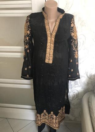 Женский костюм мусульманки расшит биссером