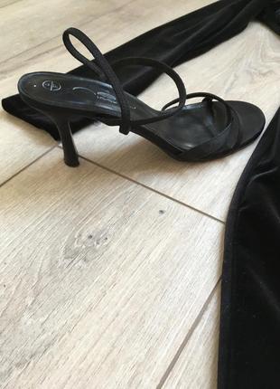 Актуальные босоножки на маленьком каблуке