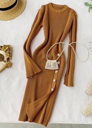 Платье в рубчик цвета кэмел/карамель с пуговицами, платье миди с боковым разрезом спереди