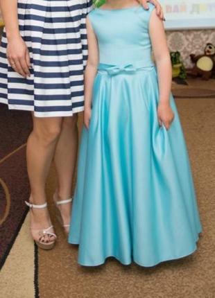 Нарядное атласное выпускное платье для девочки