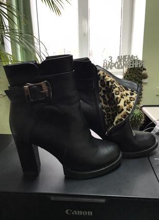 Теплые ботинки на каблуке и платформе