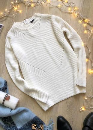 Белый свитер с ажурной вязкой