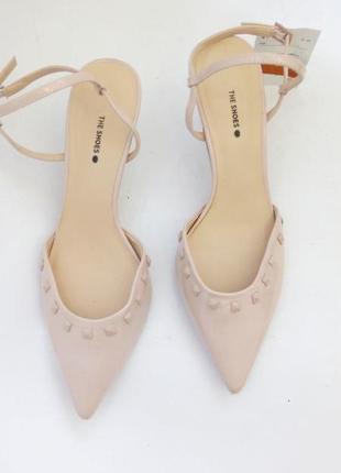 Актуальные пудровые туфли лодочки босоножки на среднем каблуке c&а