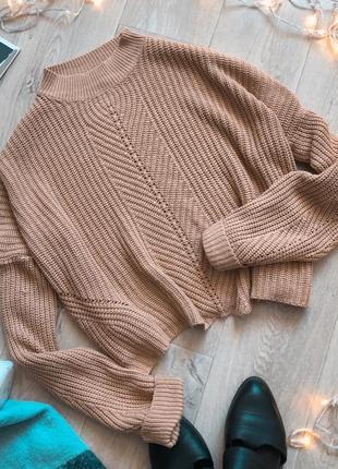 Бежевый свитер с ажурной вязкой с небольшой круглой горловиной
