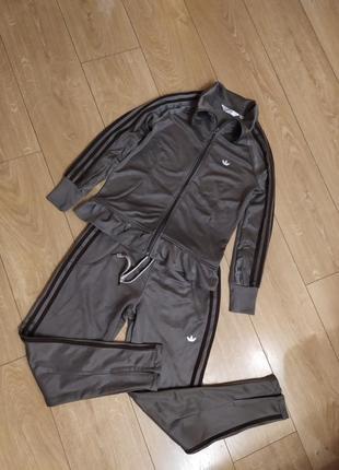 Спортивный ластиковый костюм adidas