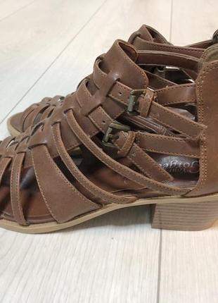 Удобные стильные на каблуке босоножки, подъем можно регулировать, сзади молния