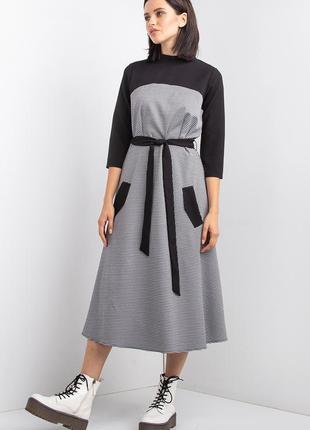 Офисное платье  из трикотажа в гусиную лапку с контрастной кокеткой и воротником-стойкой
