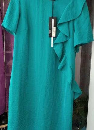 Платье с воланом на легком подкладе,с удобной молнией в боковом шве.