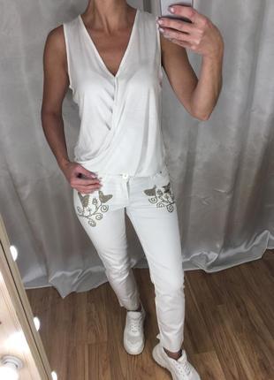 Комплект белые брюки и футболка atmosphere