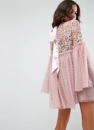 Шикарное пудровое платье с эффектными рукавами