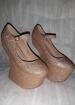 Золотистые блестящие туфли копытца на высокой танкетке для стриппластики, пилатеса