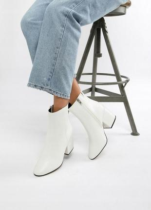 Белые полусапожки на каблуке