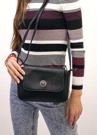 Лаконичная чёрная сумочка с длинной ручкой