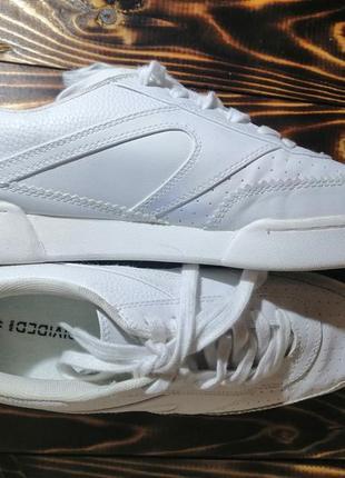 Белые кросы, белые кроссовки divided