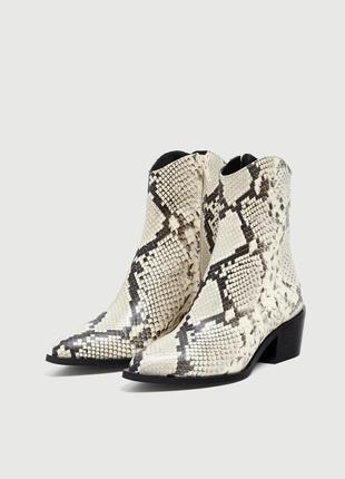 Ботинки -казаки из натуральной кожи с анималистичным принтом pull&bear