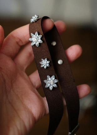 Стильный коричневый чокер с камнями/цветами