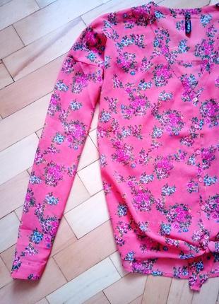 Яркая кораловая блузка в цветочный принт на завязку v-вырез m