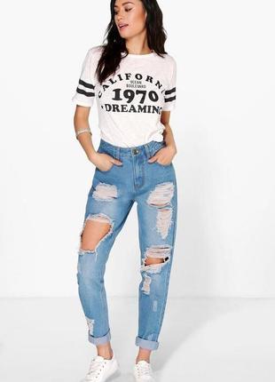 Трендовые женские джинсы мом с рваностями от boohoo