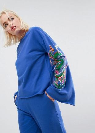 Крутейший свитшот цвета индиго с вышивкой на рукавах