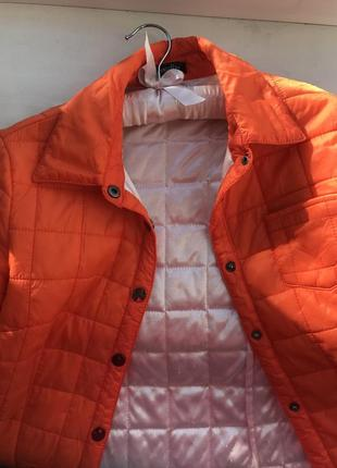 Яркая оранжевая куртка весенняя