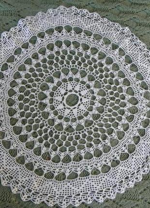 Винтажная скатерть  диаметром 66 см