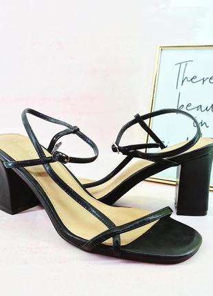 Нарядные актуальные босоножки туфли