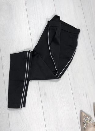 Атласный брюки с лампасами зауженные строгие