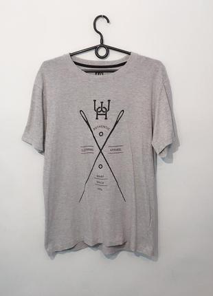 Актуальная базовая серая футболка с принтом. m