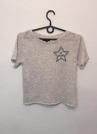 Стильная  рябая базовая футболка серого цвета с вышивкой на груди s