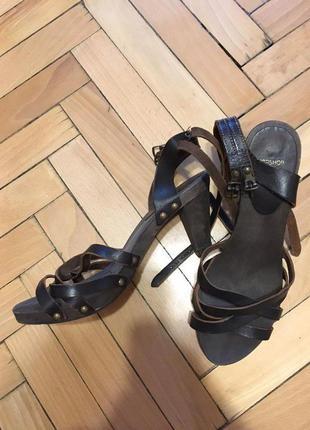 Кожаные босоножки на устойчивом каблуке topshop