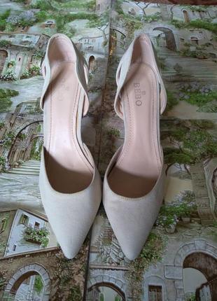 Дарю подарки!бежевые туфли-лодочки на шпильке
