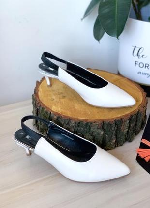 Білі туфлі лодочки на малому каблуці