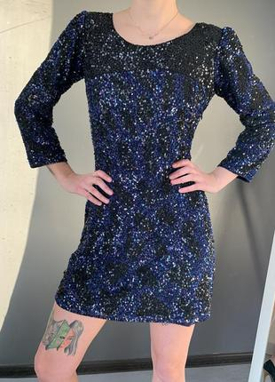 Вечернее платье расшито паетками