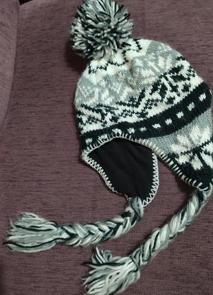 Теплая вязаная зимняя шапка с косичками