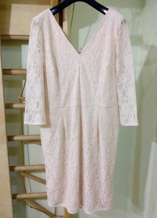 Нарядное нюдовое кружевное платье по фигуре