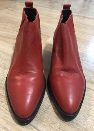 Червоні шкіряні черевики
