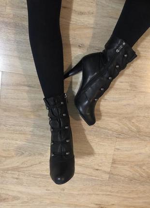 Осінні чорні чобітки на каблуку із натуральної шкіри
