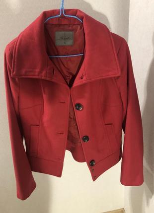 Червона осіння курточка
